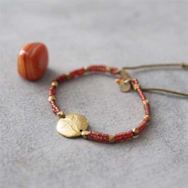 Rotes Armband mit Edelstein und Stern